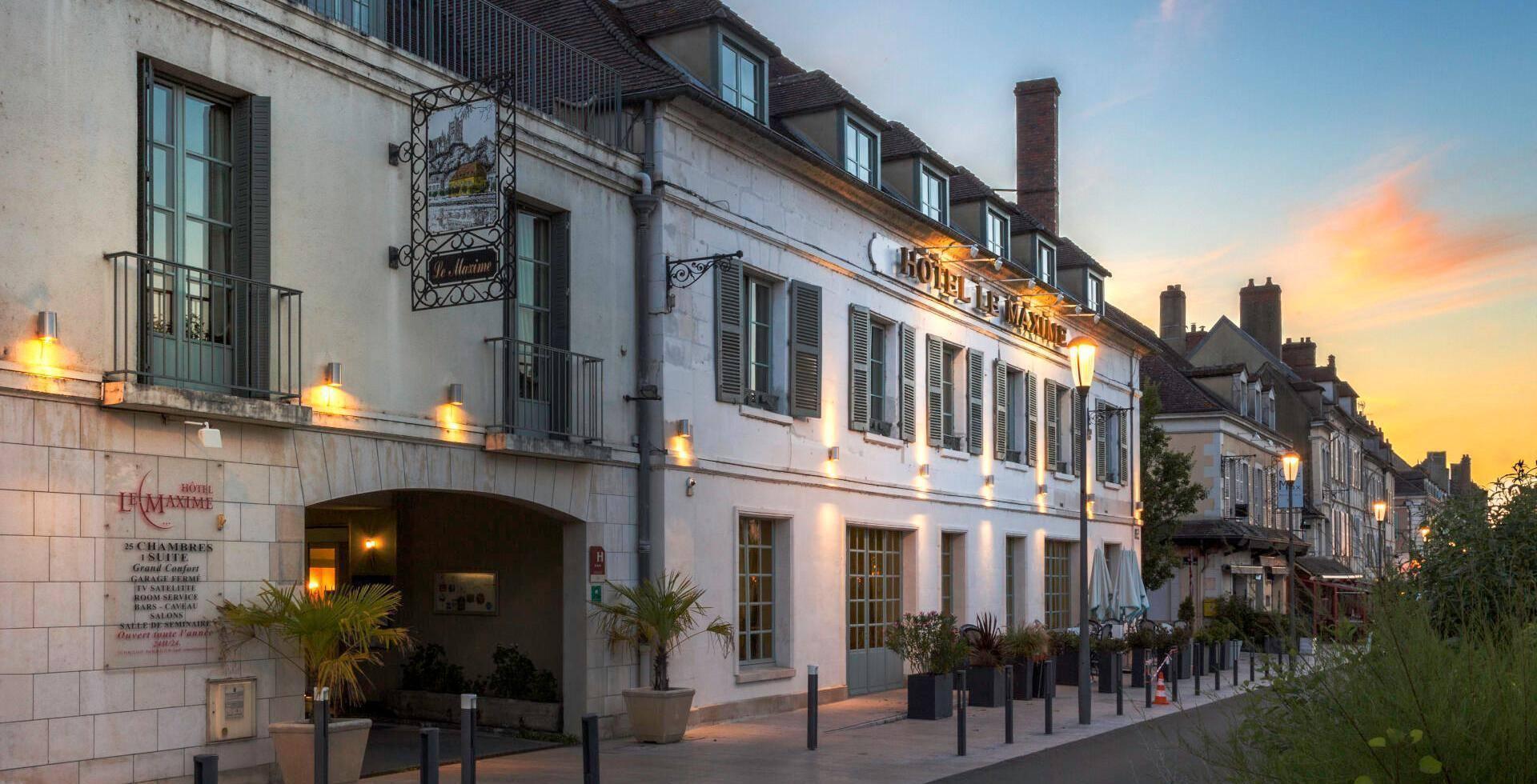 Façade de l'Hôtel Le Maxime à Auxerre