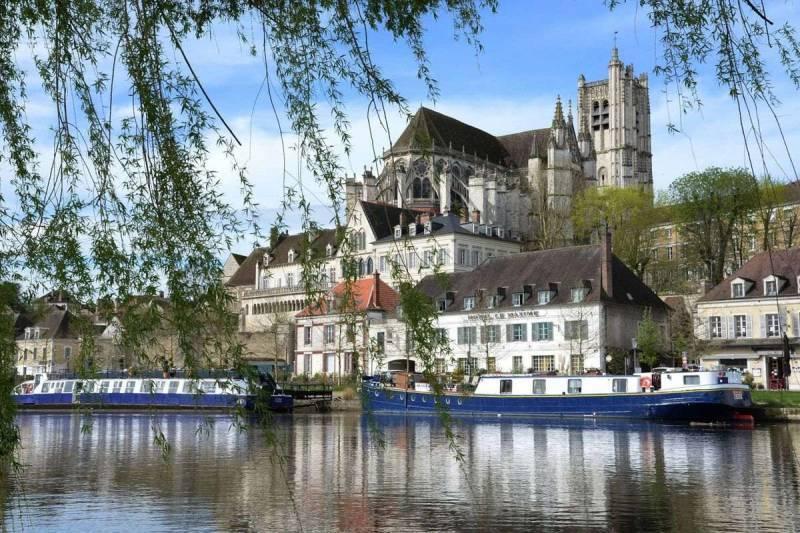Hôtel Le Maxime vue des rives de l'Yonne